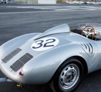 一辆传奇的1958年保时捷550A Spyder赛车手在勒芒的领奖台上亮相