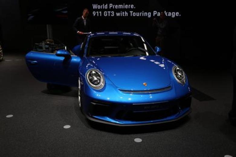 发现新的992保时捷911 GT3 Touring显示剃光的后端