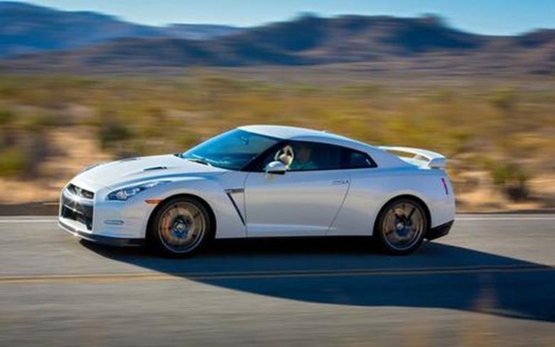 日产GT-R透视具有透明的引擎盖看起来很干净