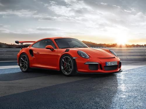 保时捷911 GT3 RS在Nurburgring交通中大肆追逐
