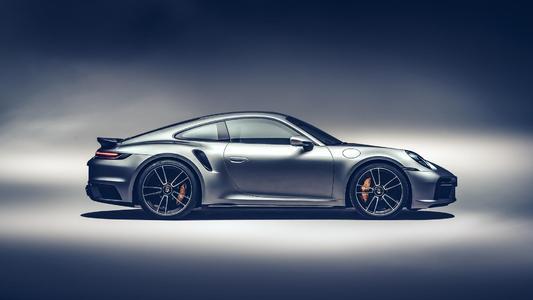 保时捷911 Turbo S在尘埃中执行发射控制会引发风暴