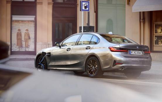 2021年BMW 330e到达美国经销商时 其起价为44550美元
