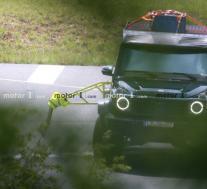 全新梅赛德斯-奔驰 G550 4×4²带有奇怪的测试台