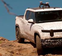 Rivian R1T在沙漠中的高速行驶和攀爬运动