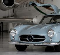 1957年梅赛德斯-奔驰300SL鸥翼式飞机拍卖会吸引了超过100万美元的竞标并攀升