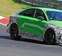 2021年的奥迪RS3轿车展现出更多的皮肤,蓝绿色看起来很美味
