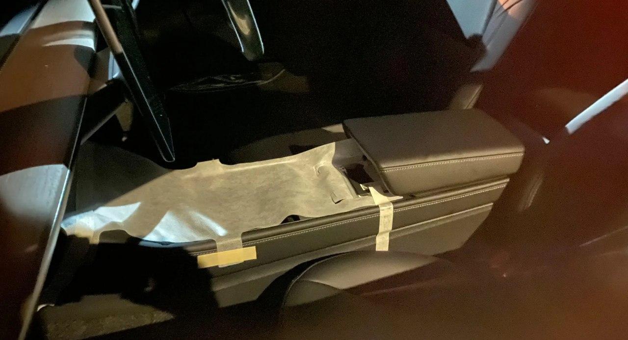 汽车新闻:2021年特斯拉Model 3带有黑暗的窗户环绕和经修订的中控台