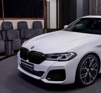 2021宝马M550i将摩卡内饰与阿尔卑斯白车身相匹配