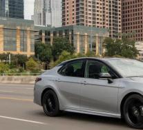 2021年丰田凯美瑞在加拿大的起价为27,250美元,最高建议零售价为41,990美元