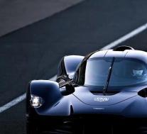 梅赛德斯-奔驰向混合动力技术公司阿斯顿·马丁EV换取更大股份