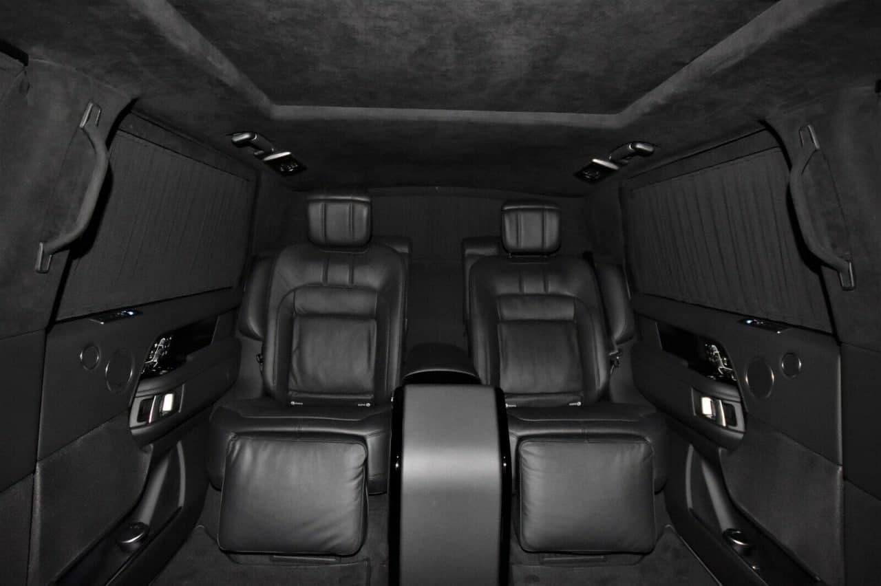 一辆装甲的2020年路虎揽胜SVAutobiography豪华轿车是打击130万美元的一种方法