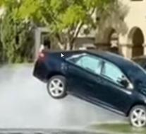丰田凯美瑞撞上消防栓,水压将其抛向空中