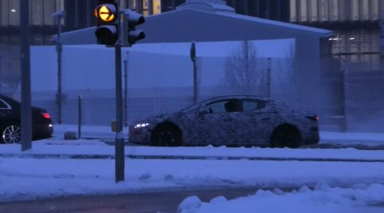 奔驰EQE被发现在交通灯前