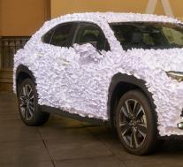 不要有任何想法,但雷克萨斯UX艺术汽车获奖者被成千上万的纸花瓣覆盖
