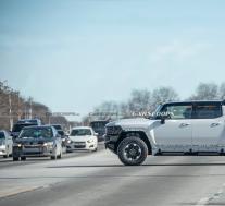 2022年GMC悍马电动皮卡看起来像一辆普通车辆中的坦克