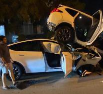 特斯拉Y型车追尾SUV,司机指责自动驾驶