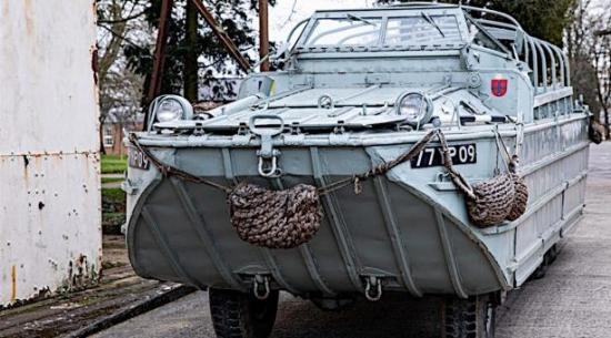 1943 GMC DUKW 353两栖军用车辆进行拍卖