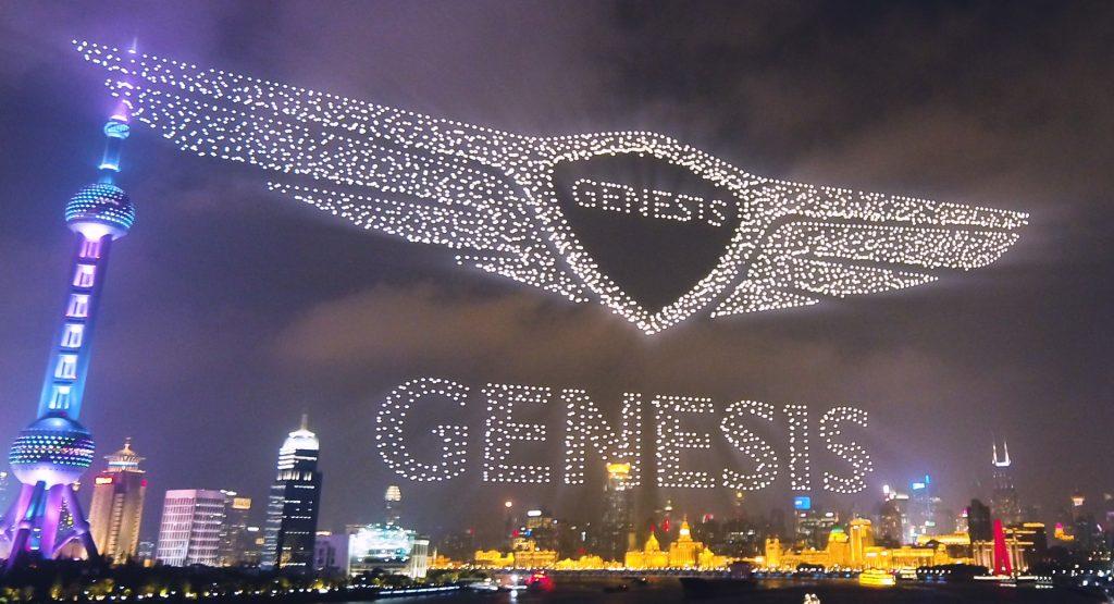 创世纪飞过3200架无人驾驶飞机在天空上绘制徽标,庆祝其进入中国市场