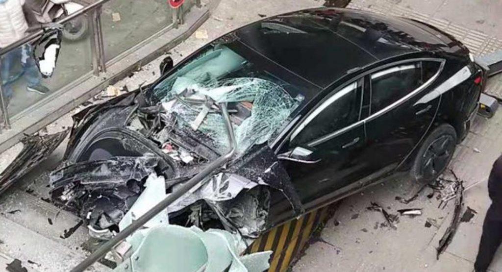 特斯拉Model 3撞上行人天桥,一人受伤