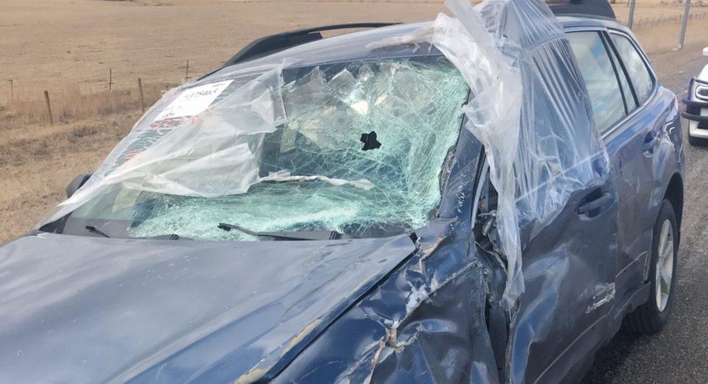 斯巴鲁驾驶员看着挡风玻璃破裂穿越了几个州
