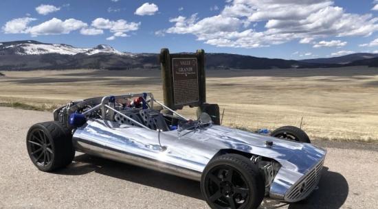 """轻型铝制赛车""""露露""""在热车中进入了传奇的决赛"""