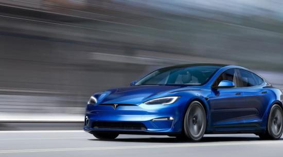"""杰伊杰雷诺驾驶特斯拉 Model S 格纹""""打破四分之一英里记录。"""""""