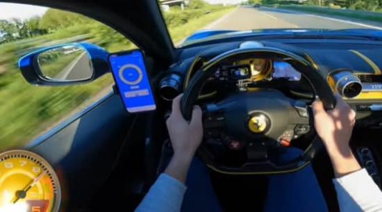 法拉利 812 Superfast 名副其实,在高速公路上时速达到205英里