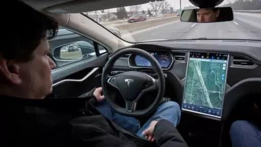 研究发现,特斯拉司机更容易因使用自动驾驶仪而分心